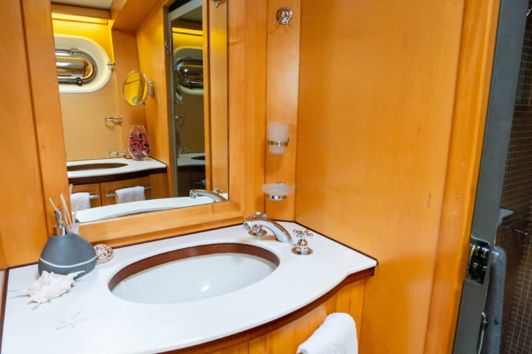 Super yacht DOUCE FRANCE - Master cabin ensuite bathroom
