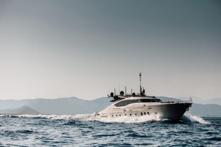 Yacht Bagheera running