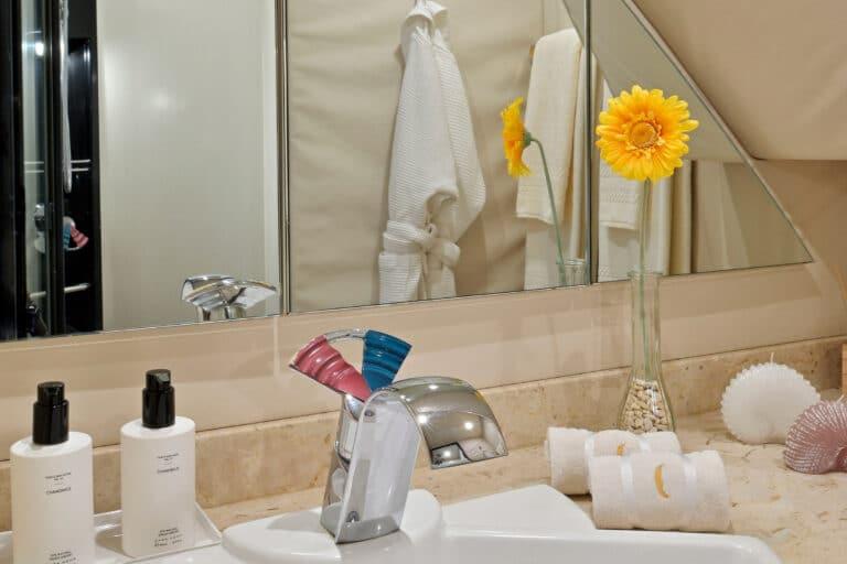 Luxury Motor Yacht MOONRAKER en suite bathroom