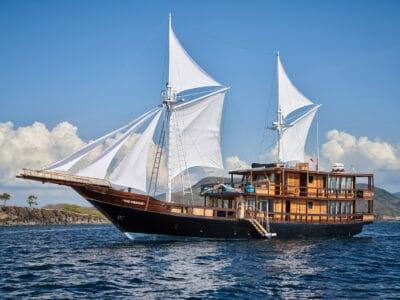 Luxury Phinishi Yacht ORACLE sailing