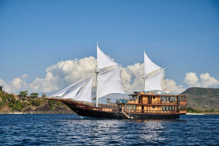 Luxury Phinishi Yacht ORACLE in action