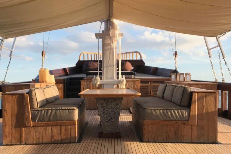 Luxury Phinishi Yacht ORACLE Dining
