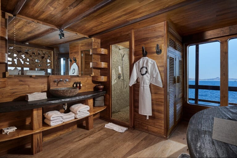 Luxury Phinishi Yacht ORACLE Master Cabin En Suite