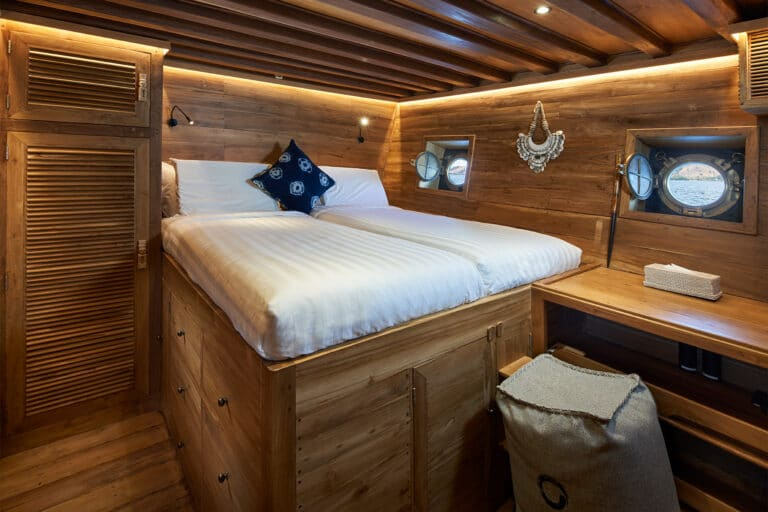 Luxury Phinishi Yacht ORACLE Queen Cabin