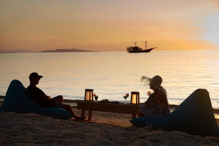 Luxury Phinishi Yacht ORACLE Island diner