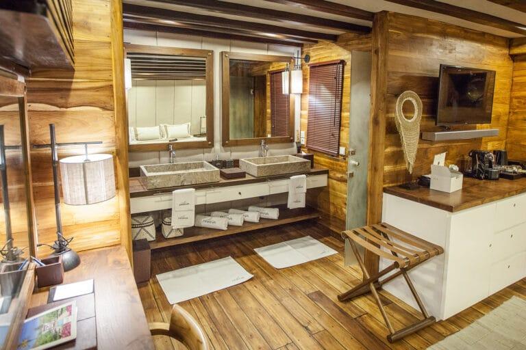 Luxurious Phinisi yacht PRANA - bathroom