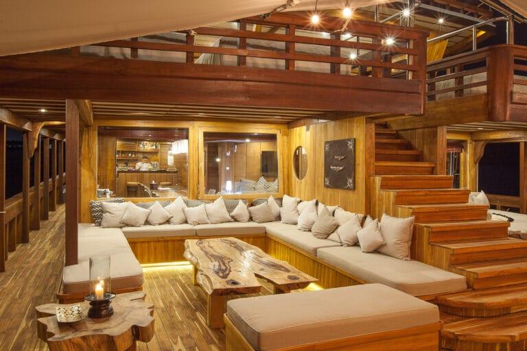 Luxurious Phinisi yacht PRANA - Saloon