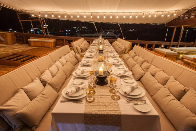 Luxurious Phinisi yacht PRANA - Dining