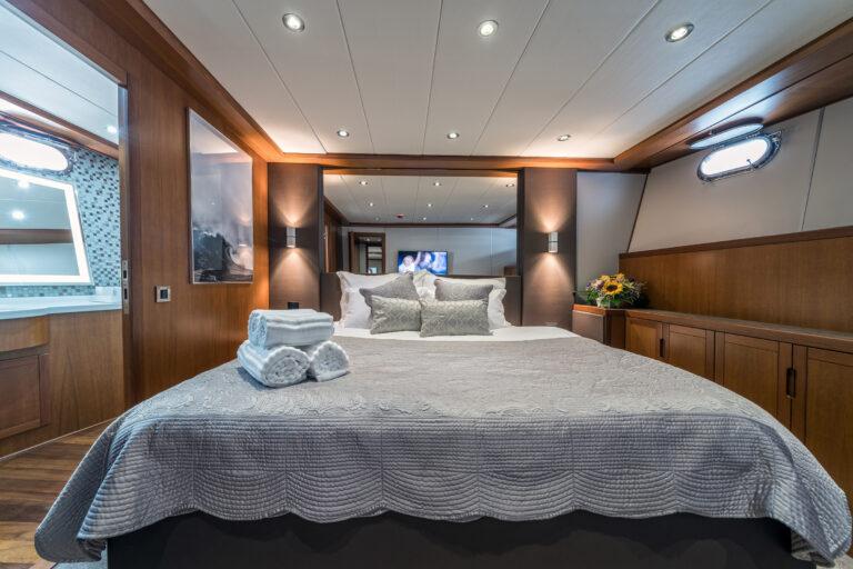 Luxury Motor Yacht SAN LIMI master suite