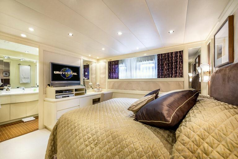 Luxury Motor Yacht SUPERFUN Cabin