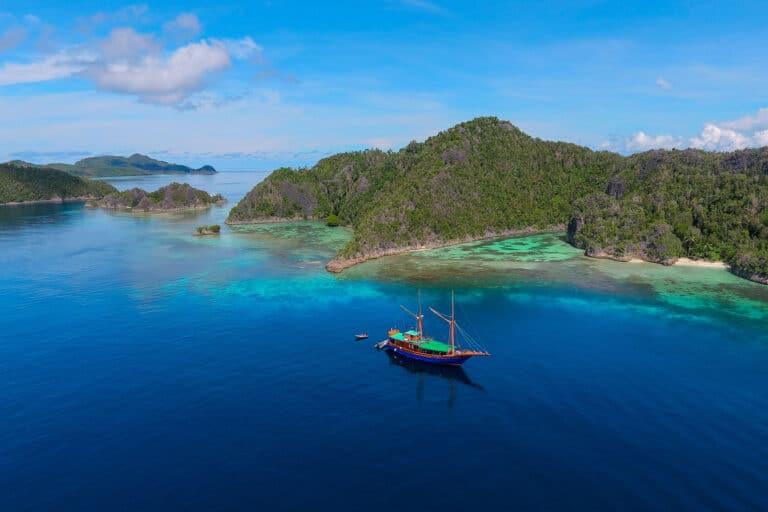 Luxury Phinisi Yacht TIGER BLUE paradise
