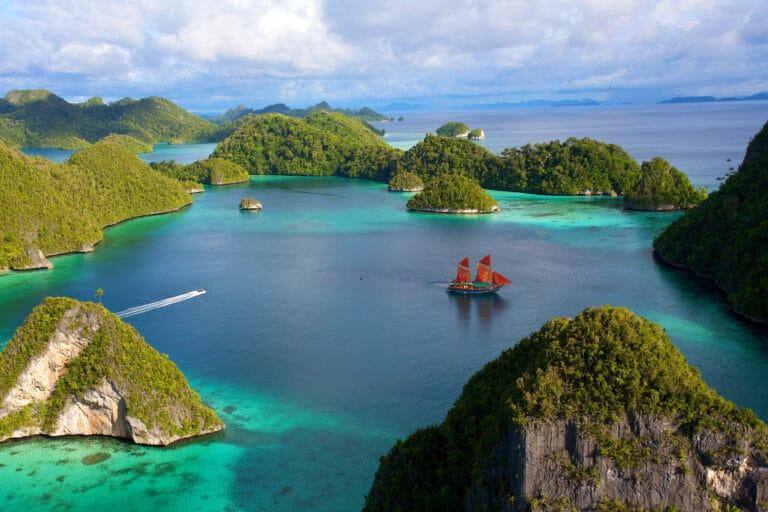 Luxury Phinisi Yacht TIGER BLUE explore paradise