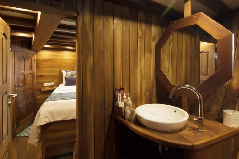 Luxury Phinisi Yacht TIGER BLUE en suite bathroom