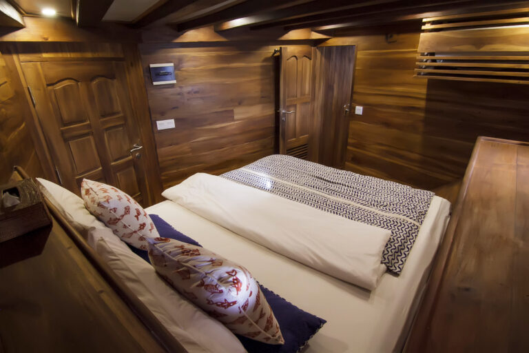 Luxury Phinisi Yacht TIGER BLUE master cabin