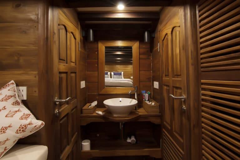 Luxury Phinisi Yacht TIGER BLUE bathroom