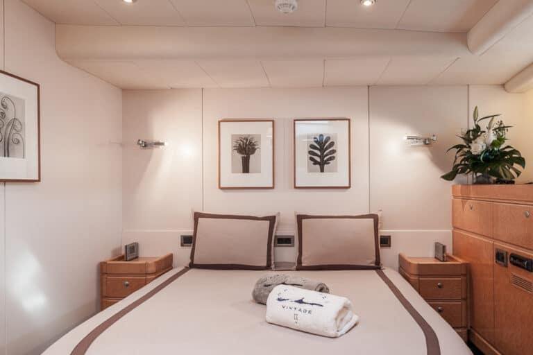 Sailing Yacht GRAND BLEU VINTAGE - master bedroom