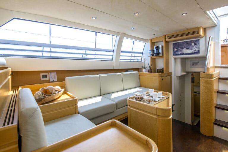 Luxury Yacht LADY 8 - Salon starboard seats