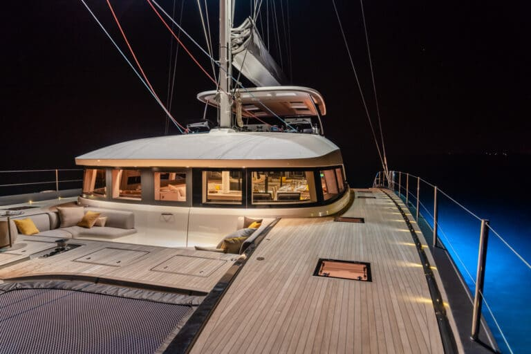 Luxury Catamaran Early bird - Front Deck